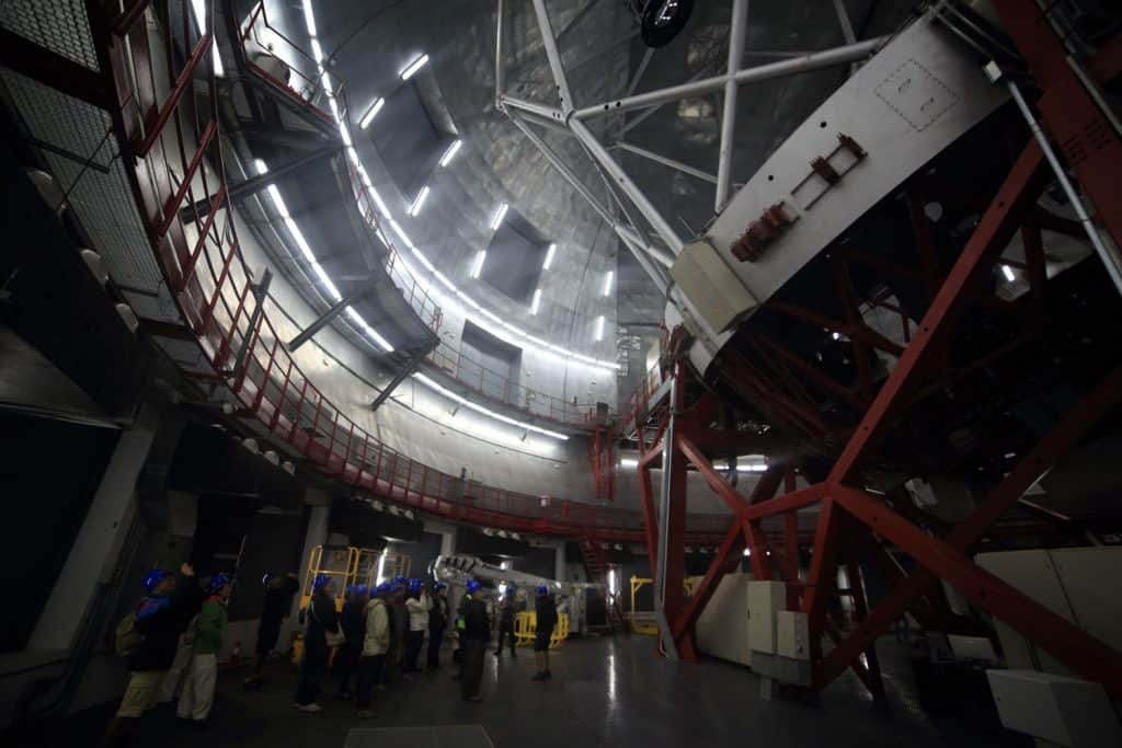 Visita al interior del Gran Telescopio de Canarias con vista del telescopio