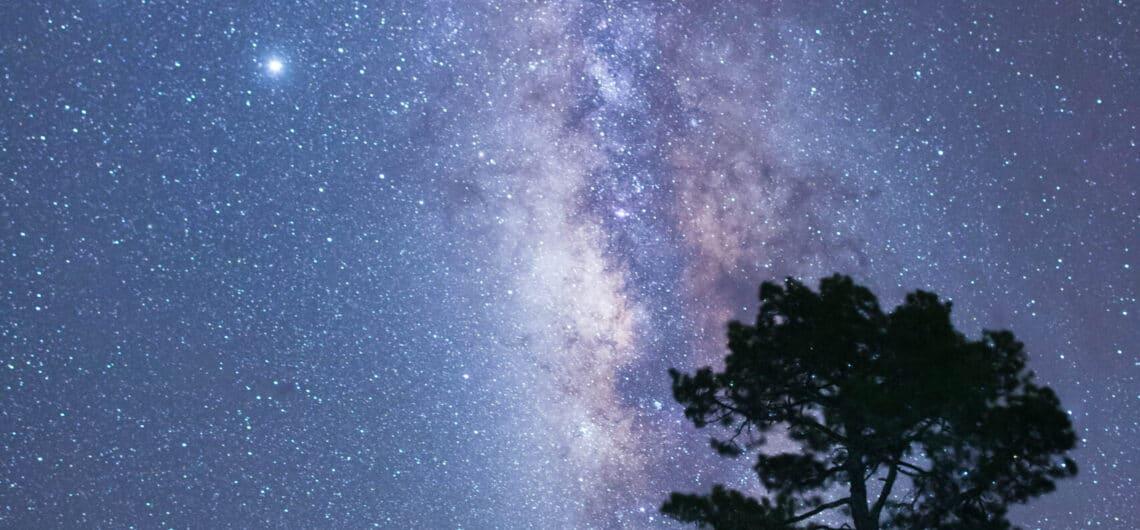 Equipo de LaPalmaStars.com (verano 2020) con la Vía Láctea, Júpiter y Saturno