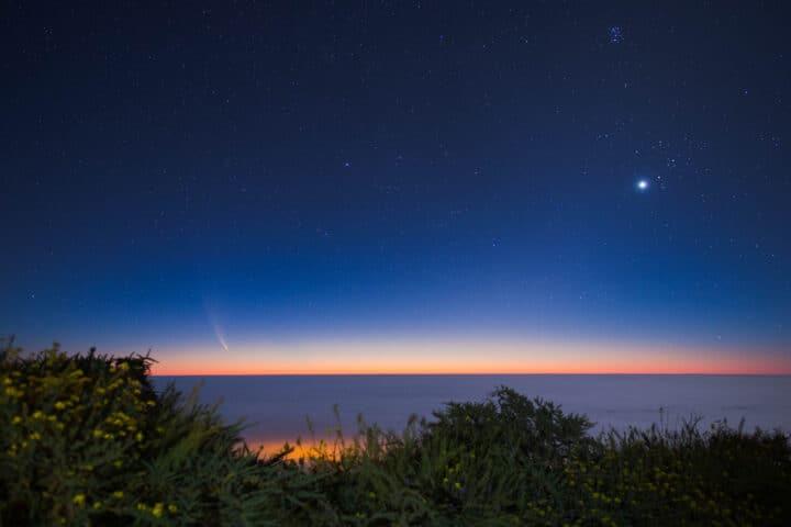 Fotografía de paisajes nocturna. Cometa Neowise visto al amanecer desde La Palma