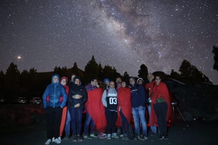 Foto de grupo con la Vía Láctea y cielo estrellado después de un tour astronómico, La Palma