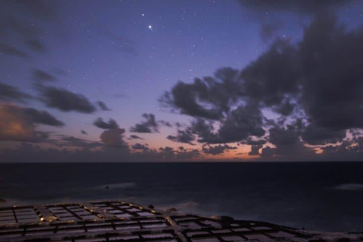 Konjunktion von Jupiter und Saturn von den Salinas de Fuencaliente bei Sonnenuntergang, La Palma